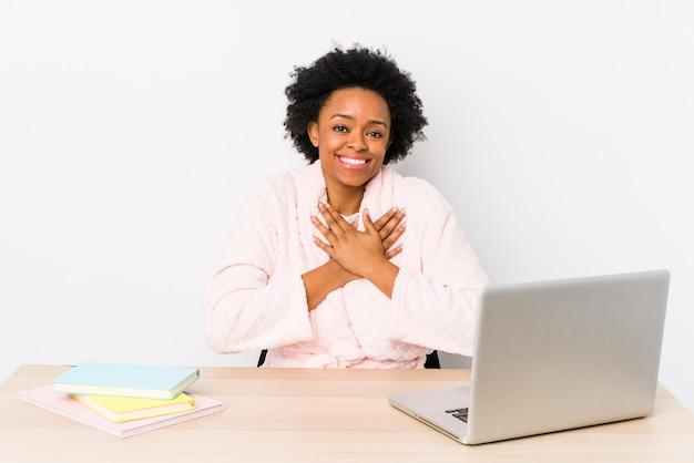 Mulher afro-americana de meia idade trabalhando em casa