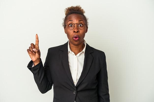 Mulher afro-americana de negócios jovem isolada no fundo branco, tendo uma ótima ideia, o conceito de criatividade.