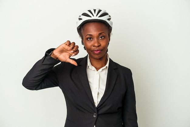 Mulher afro-americana de negócios jovem usando um capacete de bicicleta isolado no fundo branco, mostrando um gesto de antipatia, polegares para baixo. conceito de desacordo.
