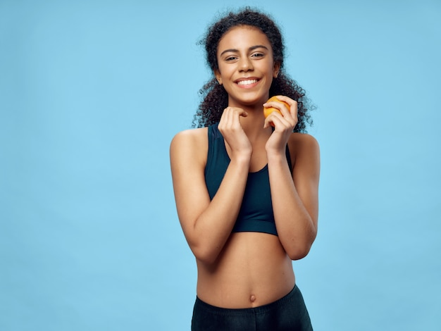 Mulher afro-americana de pele escura, posando em um agasalho e fazendo esportes