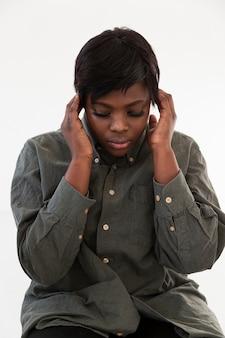 Mulher afro-americana de vista frontal pensando