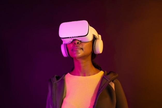Mulher afro-americana em óculos de realidade virtual com tecnologia inteligente