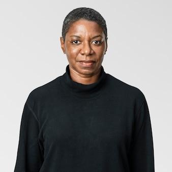 Mulher afro-americana em retrato de camiseta preta de manga comprida