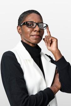 Mulher afro-americana em retrato de terno bege