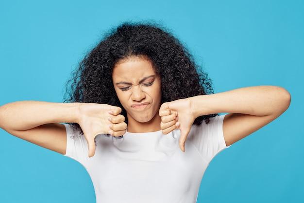 Mulher afro-americana em uma camiseta no estúdio em um levantamento colorido