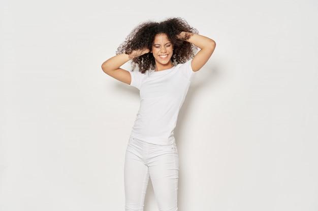 Mulher afro-americana em uma camiseta posando
