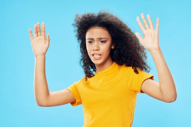 Mulher afro-americana em uma camiseta