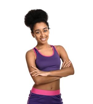 Mulher afro-americana esportiva em branco