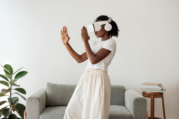 Mulher afro-americana experimentando simulação de rv
