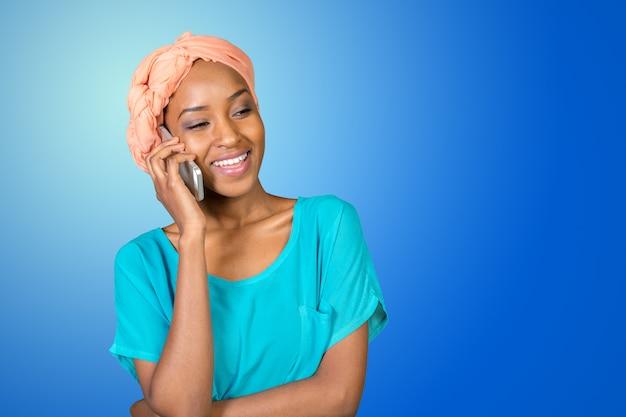 Mulher afro-americana, falando em um telefone celular