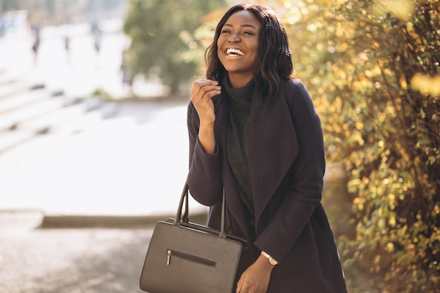 Mulher afro-americana feliz no parque