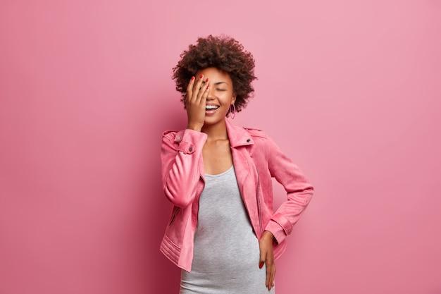 Mulher afro-americana feliz rindo, gesto com a palma da mão