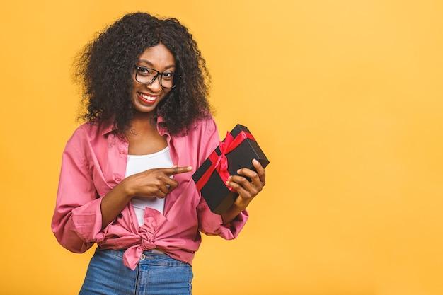 Mulher afro-americana feliz segurando um presente