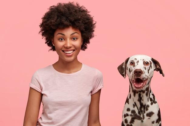 Mulher afro-americana fofa com cachorro