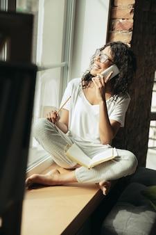 Mulher afro-americana freelancer durante o trabalho em um escritório doméstico