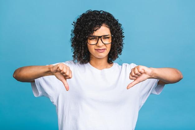 Mulher afro-americana infeliz estressada pensando em frustração desespero isolado fundo azul com espaço de cópia. percepção de sentimento de expressão facial de emoção humana negativa.