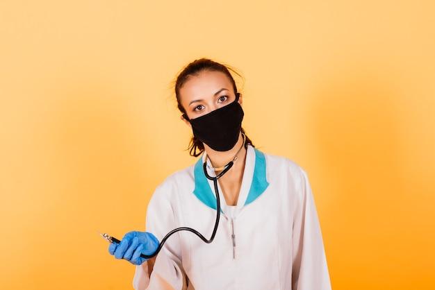 Mulher afro-americana, médica, máscara, estetoscópio, vacina de manto em estúdio