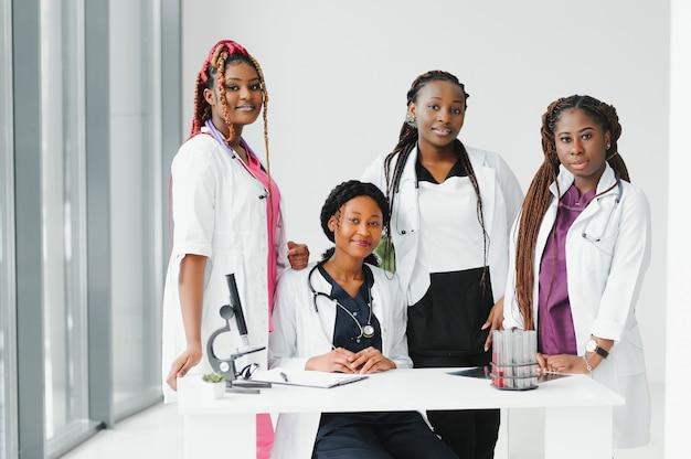 Mulher afro-americana médica negra e grupo médico