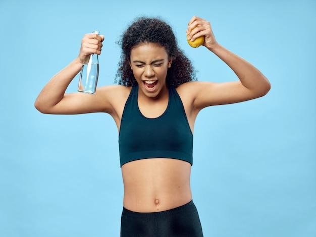 Mulher afro-americana posando em um agasalho e fazendo esportes