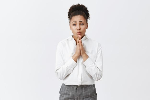 Mulher afro-americana preocupada esperançosa implorando por favor, empresária precisa de ajuda
