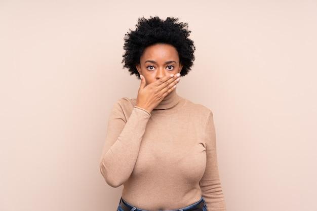 Mulher afro-americana sobre parede bege