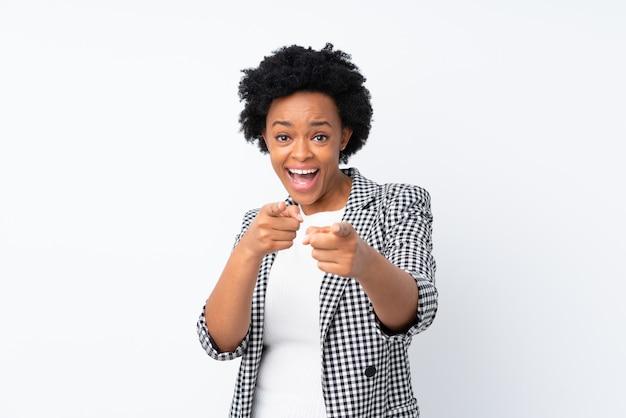 Mulher afro-americana sobre parede branca