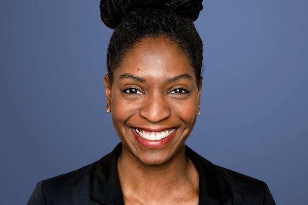 Mulher afro-americana sorrindo sobre fundo azul