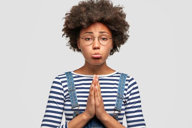 Mulher afro-americana triste e infeliz pedindo algo desejável