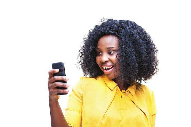 Mulher afro-americana usando telefone com controle de voz