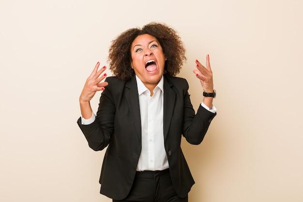 Mulher afro-americano do negócio novo que grita com raiva.