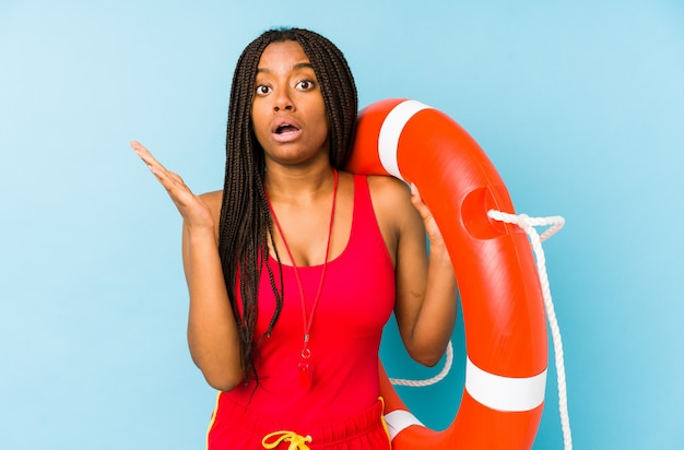 Mulher afro-americano nova do protetor de vida isolada surpreendida e chocada.