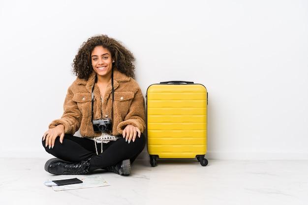 Mulher afro-americano nova pronta para uma viagem feliz, sorridente e alegre.