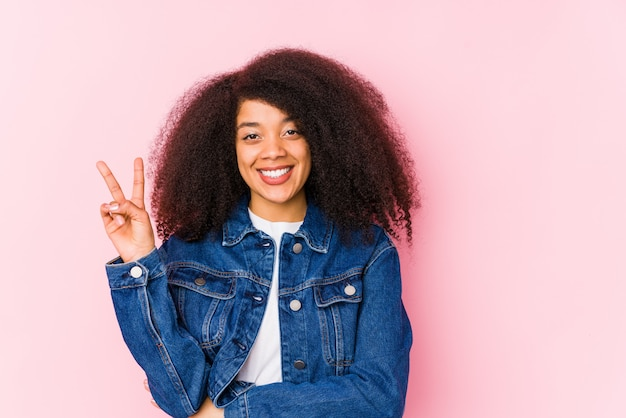 Mulher afro-americano nova que mostra o número dois com dedos.