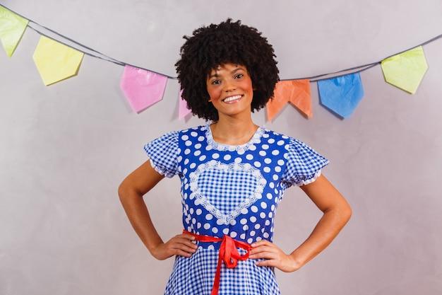 Mulher afro brasileira com roupas típicas para a festa junina Foto Premium