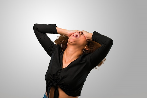 Mulher afro frustrada gritando