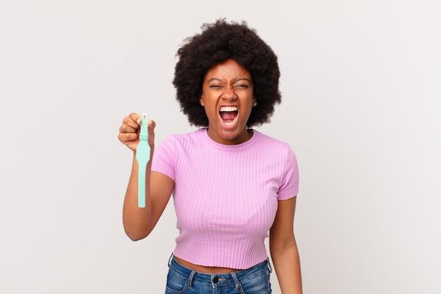 Mulher afro gritando agressivamente, parecendo muito zangada, frustrada, indignada ou irritada, gritando sem conceito de relógio