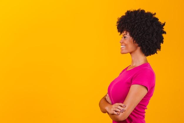 Mulher afro no perfil com espaço para texto