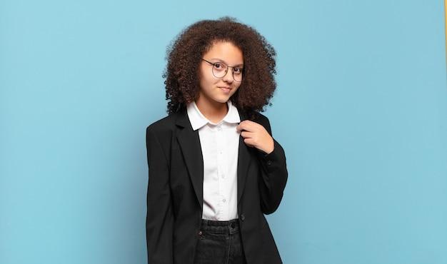 Mulher afro parecendo arrogante, bem-sucedida, positiva e orgulhosa, apontando para si mesma. conceito de negócio humorístico