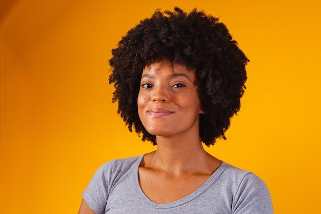 Mulher afro pensando em amarelo com espaço para texto