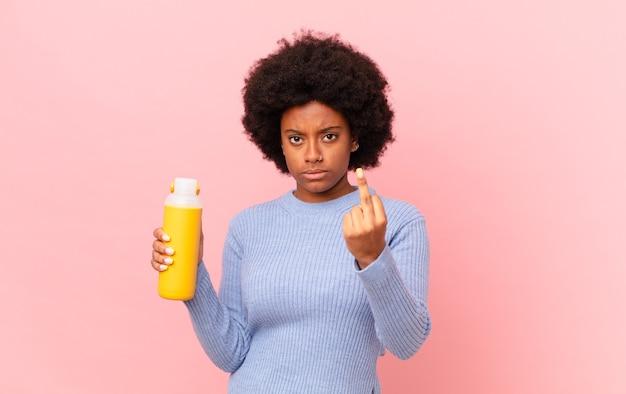 Mulher afro se sentindo irritada, irritada, rebelde e agressiva, sacudindo o dedo médio, lutando de volta. conceito smoothy