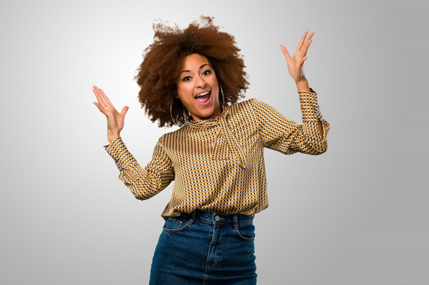 Mulher afro sendo surpreendida
