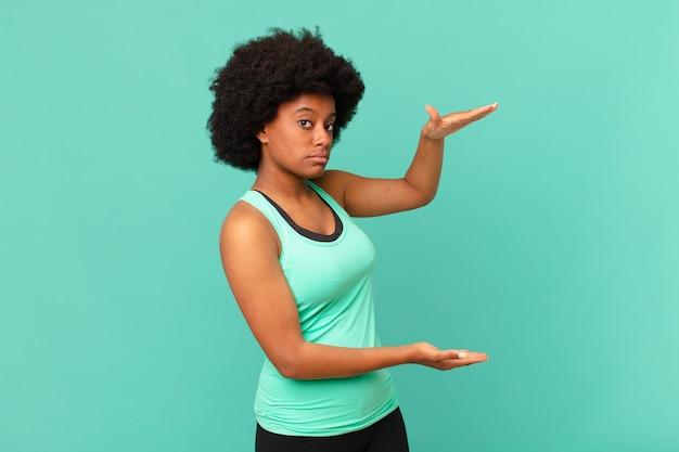 Mulher afro vestindo roupas de ginástica