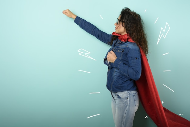 Mulher age como uma super-heroína. conceito de determinação e poder.