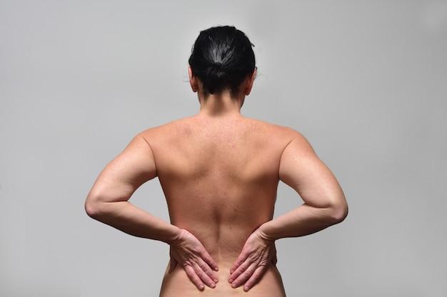 Mulher aget média com dor lombar