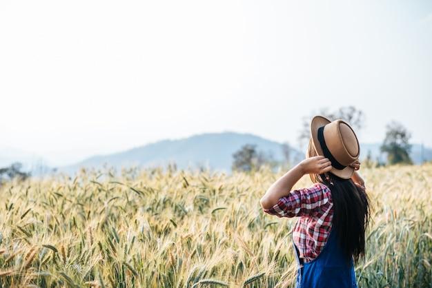 Mulher, agricultor, com, cevada, campo, colheita, estação