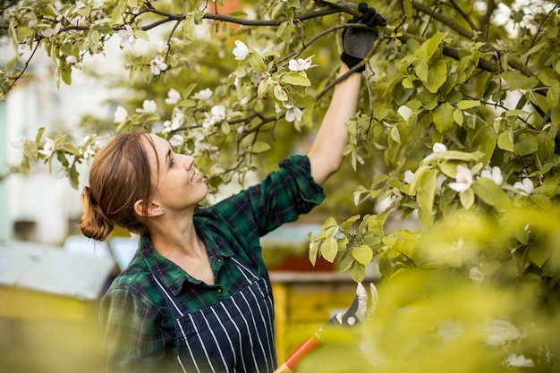 Mulher agricultora trabalhando