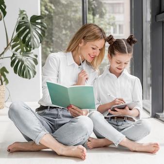 Mulher, ajudando, filha, dever casa