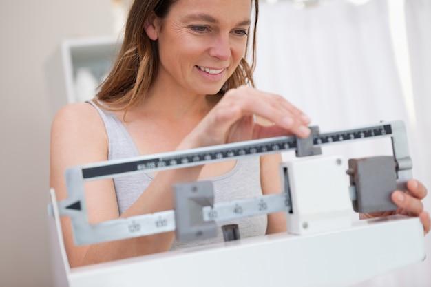 Mulher ajustando escala médica