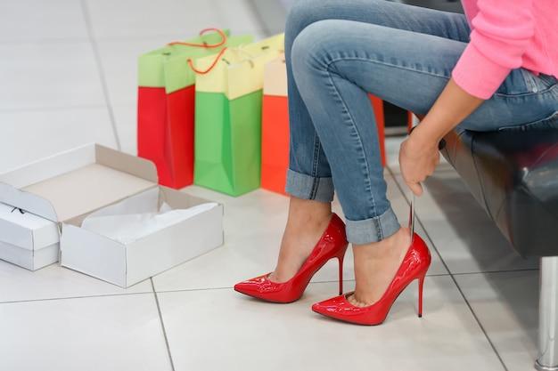 Mulher ajustando sapatos de salto alto