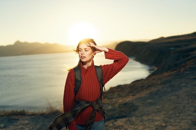 Mulher alegre, alpinista ao ar livre, viagem pela liberdade